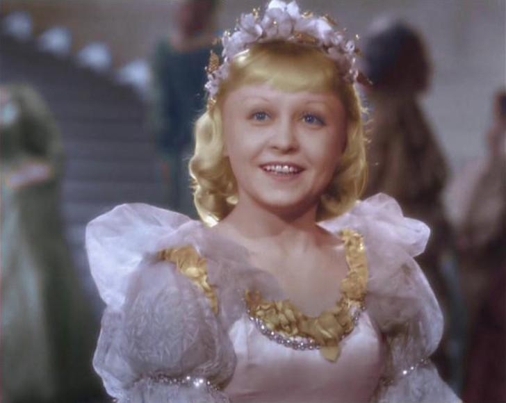 Эта удивительная актриса начала работу в кино с роли мальчишки, а в 37 лет сыграла юную и наивную Золушку в одноименной сказке. «Героиня была ровесницей моей дочери», — рассказывала Янина в интервью об этой работе.