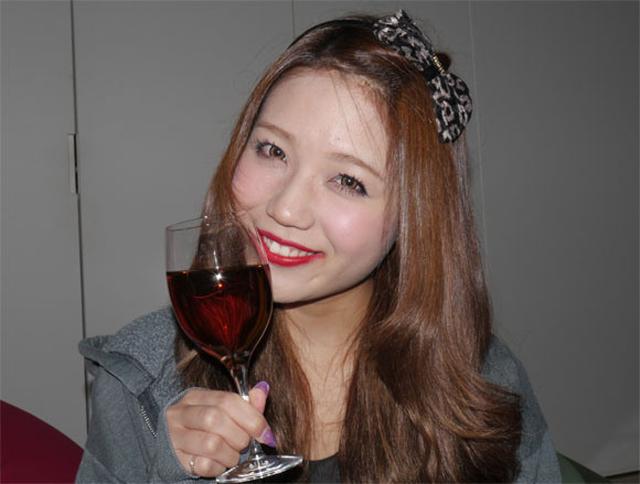 """Цсонгсул (Tsongsul)– не очень популярный традиционный корейский напиток, который представляет собой вино, приготовленное из человеческих фекалий и лекарственных трав, бродивших в спирте 3-4 месяца. Сайт Rocket News 24 решил протестировать это отвратнейшее пойло на трех ничего неподозревающих китаянках, которых вы можете видеть на фото. Наивные девушки дали следующую оценку вкусовым качествам цсонгсула: """"Очень вкусный напиток, который легко пьется и имеет очень мягкое послевкусие. Я думаю, что он станет настоящим хитом среди девушек, которые любят сладкие алкогольные напитки"""". Однако они моментально поменяли свое мнение, когда узнали, что это сладкое алкогольное зелье приготовлено из корейских какашек, заявив, что цсонгсул «на вкус как дерьмо»."""