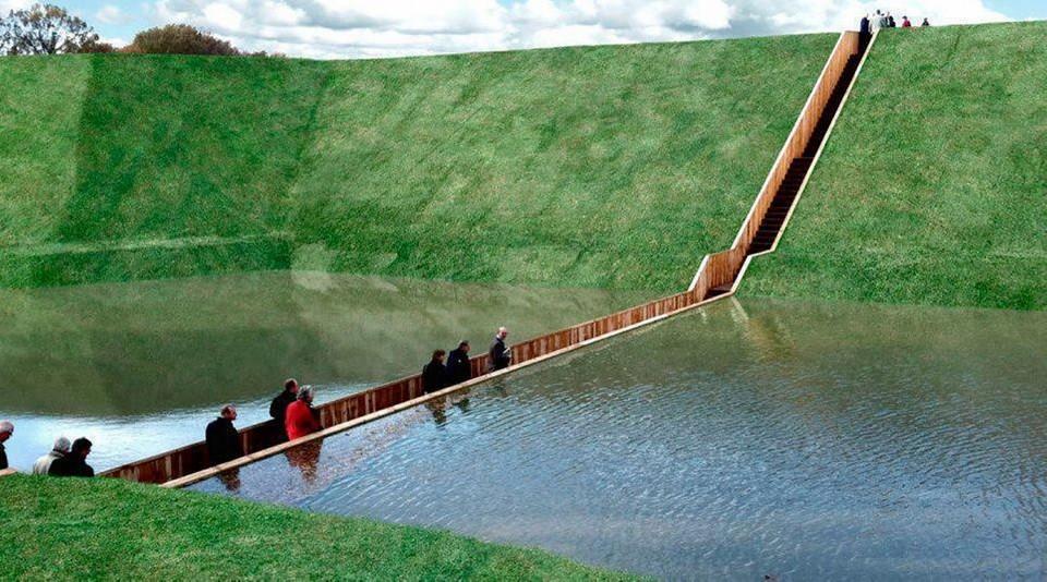 Все привыкли, что мосты строятся над объектами или водой. Однако голландские архитекторы хотели сделать что-то свое и создали мост ниже уровня водоема. Название «Мост Моисея» (Moses Bridge) как нельзя лучше подходит для небольшого деревянного прохода. Ведь по библейскому сюжету пророк заставил расступиться воды Красного моря. Для долговечности конструкции была использована обработанная особым образом древесина, которая не сгниет 50 лет.