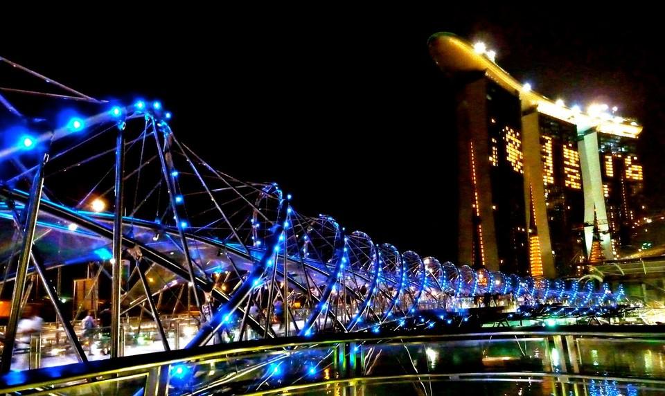 В самом центре Сингапура находится 280-метровый пешеходный мост Helix. Он соединяет между собой самые большие районы города Marina Bay и Marina Center. На создание этой неординарной спиралевидной структуры архитекторов вдохновила форма человеческой ДНК. Вдоль моста есть четыре смотровые площадки, с которых жители и гости города любуются выдающимися памятниками современной архитектуры.