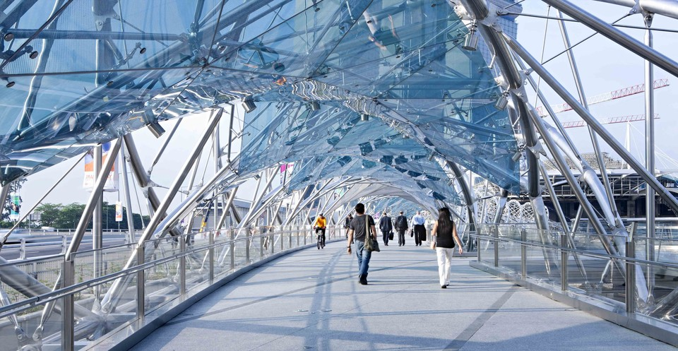 Helix — пешеходный мост в Сингапуре.