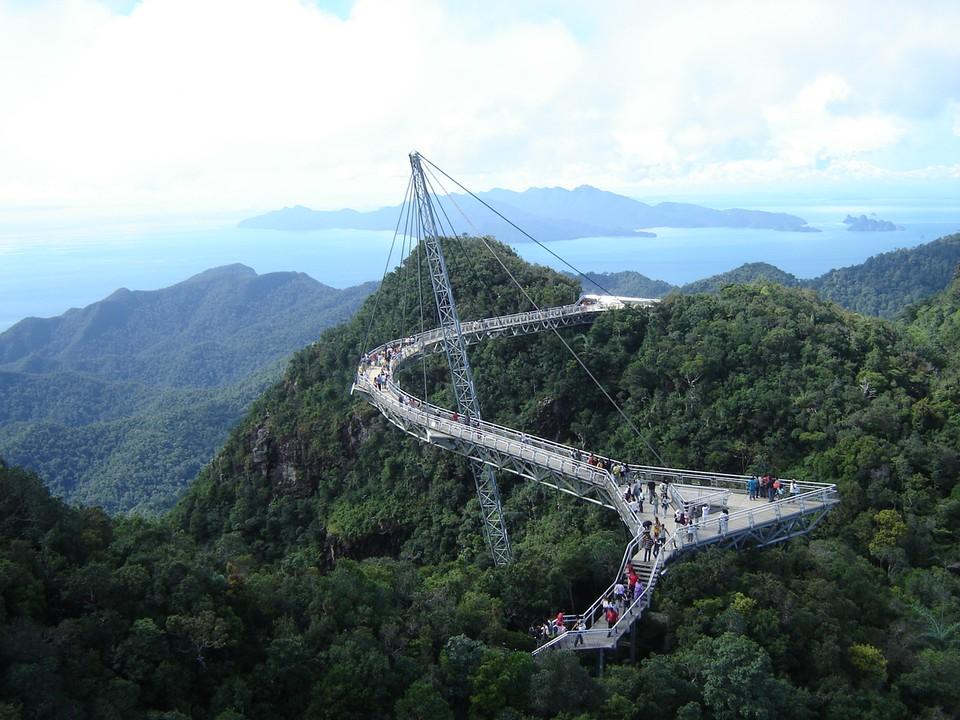 Любители пощекотать себе нервы должны отправиться на прогулку именно туда — на мост Лангваки (Sky Bridge Langwaki) в Малайзии. Проходя по 125-метровой изогнутой конструкции, туристы любуются захватывающими живописными пейзажами. Мост поддерживает всего лишь одна опора и восемь тросов.