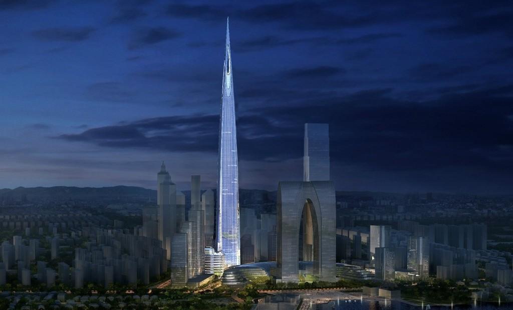 Только недавно в Сучжоу, Китай, началось строительство 730-метрового 138-этажного центра, и у него впереди еще долгий, очень долгий путь. Но если заостренный проект стоимостью 4,5 млрд долларов будет завершен в соответствии с графиком в 2020 году, это будет самое высокое здание в Китае и третье по высоте здание в мире. Башня с отелем, офисами и жилыми помещениями будет расположена рядом с почти законченным 69-этажным небоскребом «Ворота Востока», который, как неоднократно отмечалось, похож на огромную пару брюк.