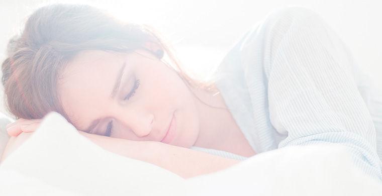 В берлинском отеле Swissotel гостям продают Deep Sleep («Глубокий сон») — пакет услуг, который лечит бессонницу, депрессию и даже помогает похудеть. Это комплекс процедур, разработанный немецкими сомнологами на основании научных данных о здоровом сне. В него входят: утренний 30-минутный сеанс лечения ярким светом, бодрящий травяной энергетический напиток и ароматерапия, дневной отдых на специальном физиотерапевтическом лежаке и вечерние процедуры, способствующие отходу ко сну (вдыхание горного воздуха, запахов лаванды и герани и расслабляющий напиток из трав). Засыпает обладатель пакета «Глубокий сон» на аудиоподушке, которая воссоздает полезные для мозга бинауральные ритмы. Цена услуги — 199 евро за ночь.
