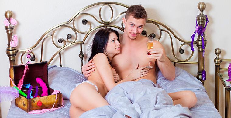 Канадський Drake Hotel має великий набір приємних послуг: крім романтичних «пелюсток троянд», шоколаду і вина, в номер клієнтам пропонується асортимент секс-іграшок на вибір.  У розділі під назвою «Меню задоволень» перераховано півтора десятка аксесуарів: від «пустотливий зухвалої замшевого батоги» до «шлейфу яскравого пір'я», яким можна дражнити і лоскотати.  Природно, всі секс-іграшки одноразові, коштують від 8 до 600 доларів.