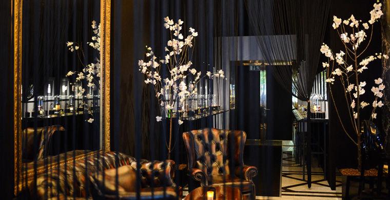 Клієнтам пропонується широкий асортимент коктейлів, зроблених на основі всесвітньо відомих ароматів місцевим барменом Арнд Хейссеном.  Напої повторюють запахи парфуму Giorgio Armani, Yves Saint Laurent, Guerlain та інших популярних брендів.