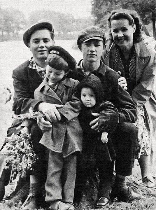 Юрий Шевчук с родителями и сестрой
