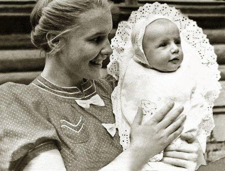 Саша Пороховщиков с мамой Галиной Александровной, 1939 год