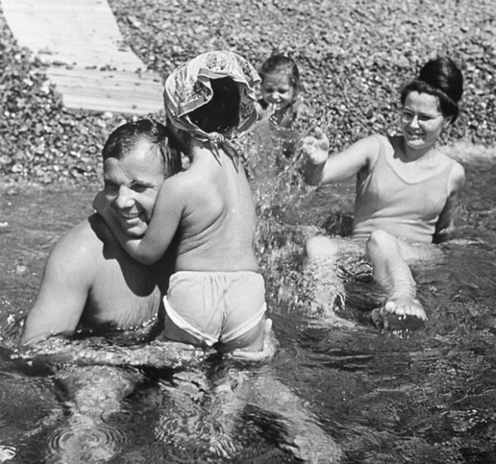 Юрий Гагарин с семьей на отдыхе в Крыму