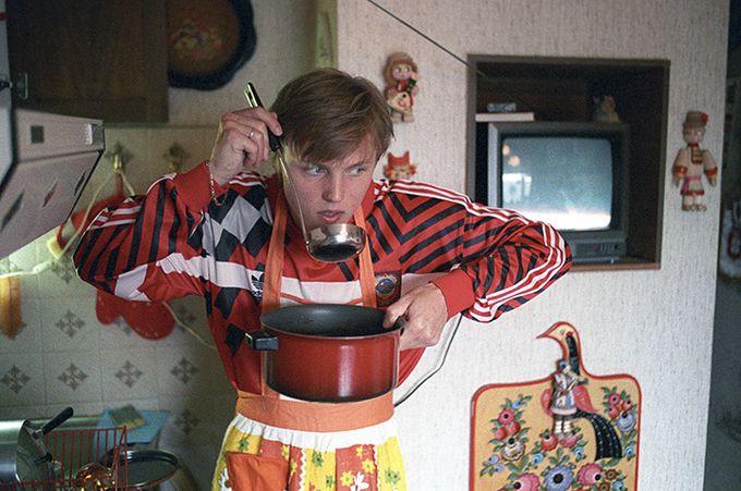 Игорь Колыванов дома на кухне.