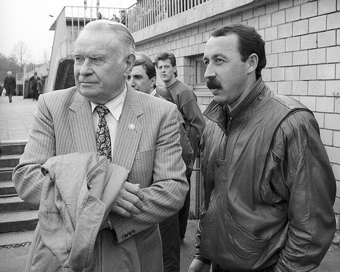 Тренирующий «Асмарал» Константин Бесков и тренер московского «Динамо» Газзаев.