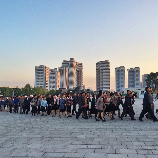 Это небольшая часть очереди к самому главному памятнику двух вождей в центре Пхеньяна