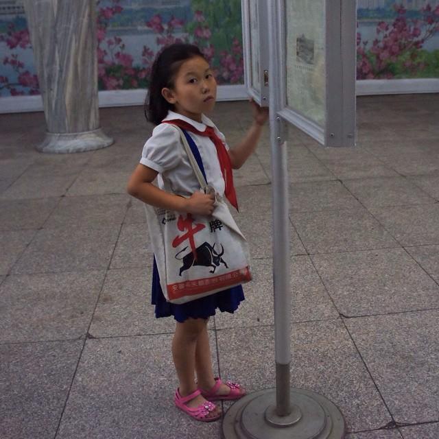 Девочка развлекается, читая новости