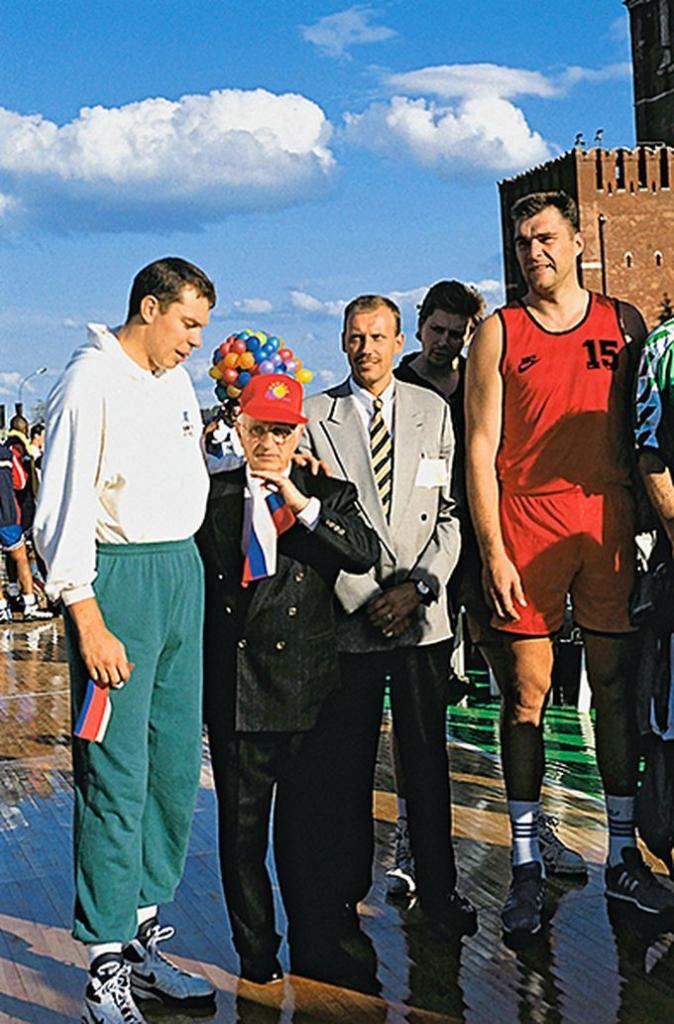 Баскетболисты Александр Волков, Ринас Куртинайтис и Арвидас Сабонис с тренером Александром Гомельским (второй слева) на Красной площади.