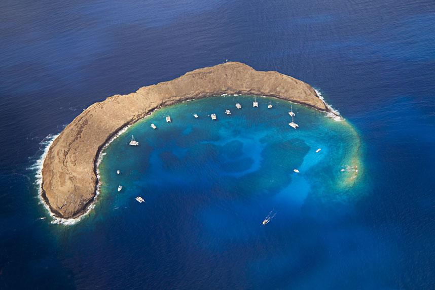 Вид с воздуха на имеющий форму полумесяца островок Молокини, Гавайи. (David Fleetham/Bluegreen / Rex Features)