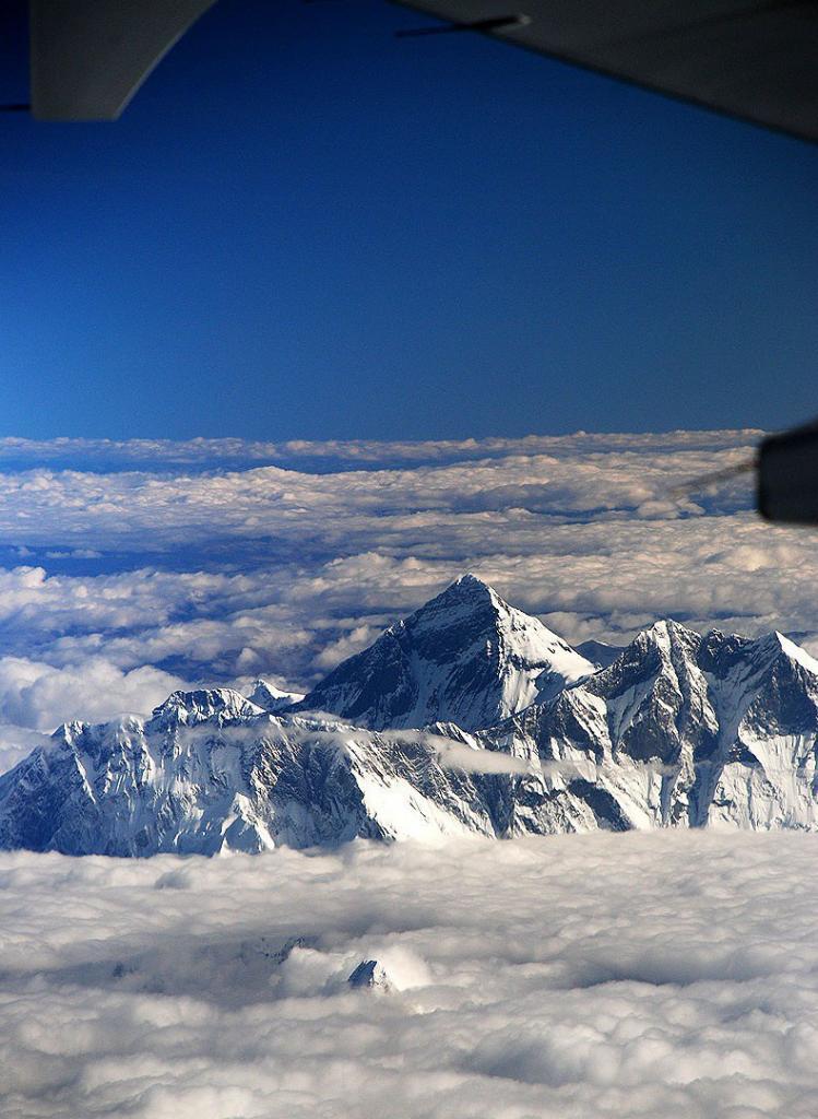 Вид на гору Эверест с борта самолёта.