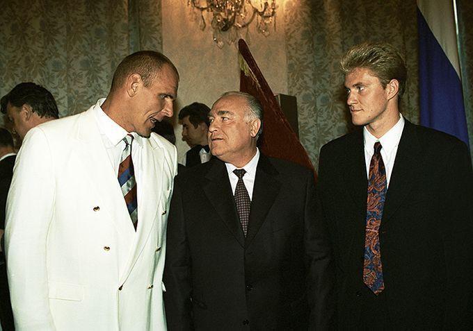 Виктор Черномырдин (в центре) что-то обсуждает с Александром Карелиным (слева) и Денисом Панкратовым (справа) на правительственном приёме в честь победителей Игр в Атланте.