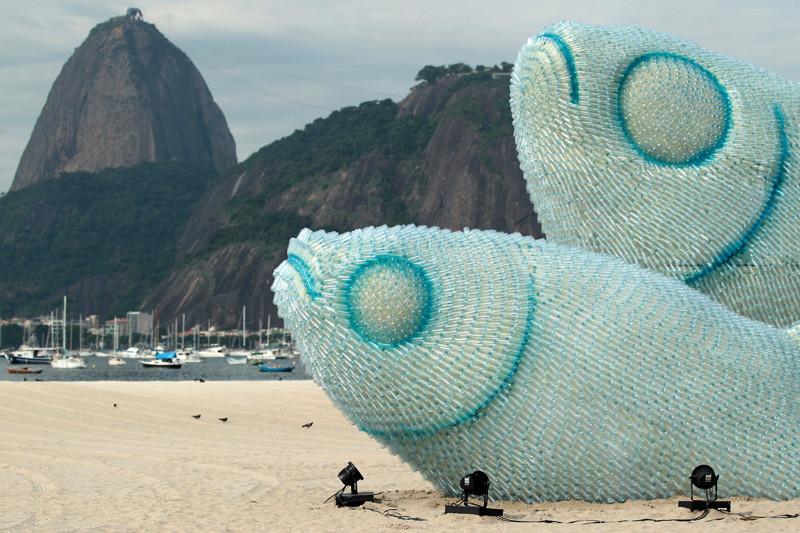 Скульптура из пластиковых бутылок на одном из пляжей Рио-де-Жанейро.