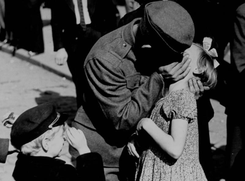 Чешский солдат целует свою дочь, уходя на войну.1938 год.