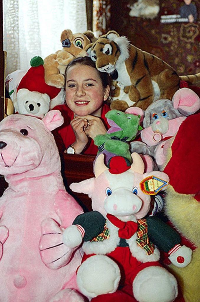 Ирина Слуцкая дома с любимыми игрушками.