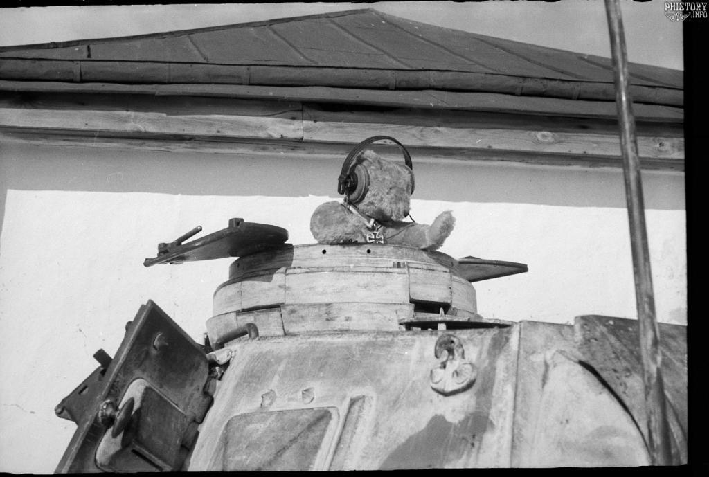 """Мишка талисман немецкого танкового батальона """"Baren Abteilung"""" (батальон Медведь). Льгов. Курская область. РСФСР. СССР. Зима 1942 года."""