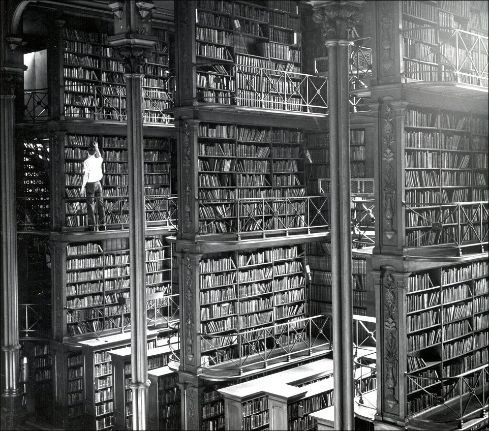 Мужчина снимает книгу с полки в главной библиотеке Цинциннати, 1874 год.