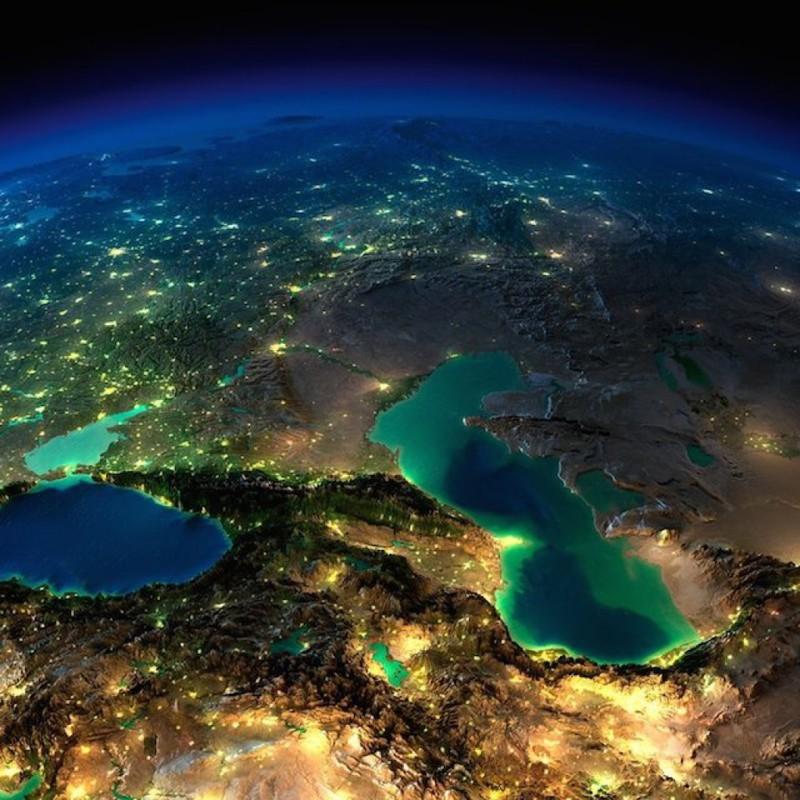Кавказ, Каспийское и Черное море ночью без облаков.