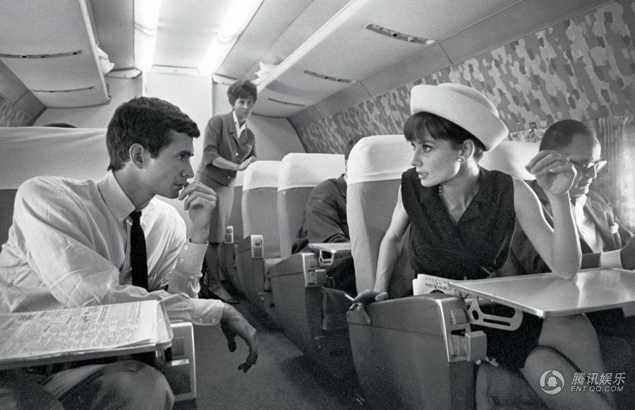 Актриса Одри Хепбёрн и актёр Энтони Перкинс в самолёте. Великобритания. 1962 год.