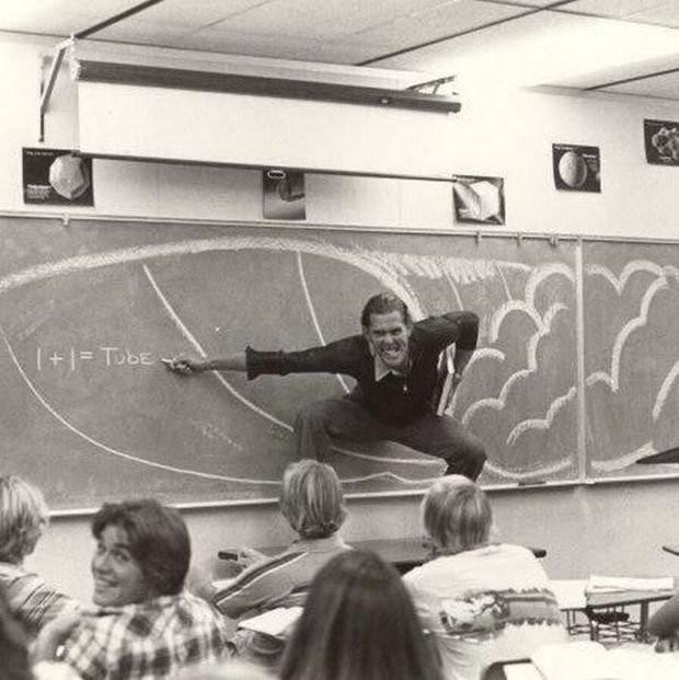 Преподаватель Южно–Калифорнийского университета объясняет студентам физику серфинга, 1970–е, Лос–Анджелес, США.