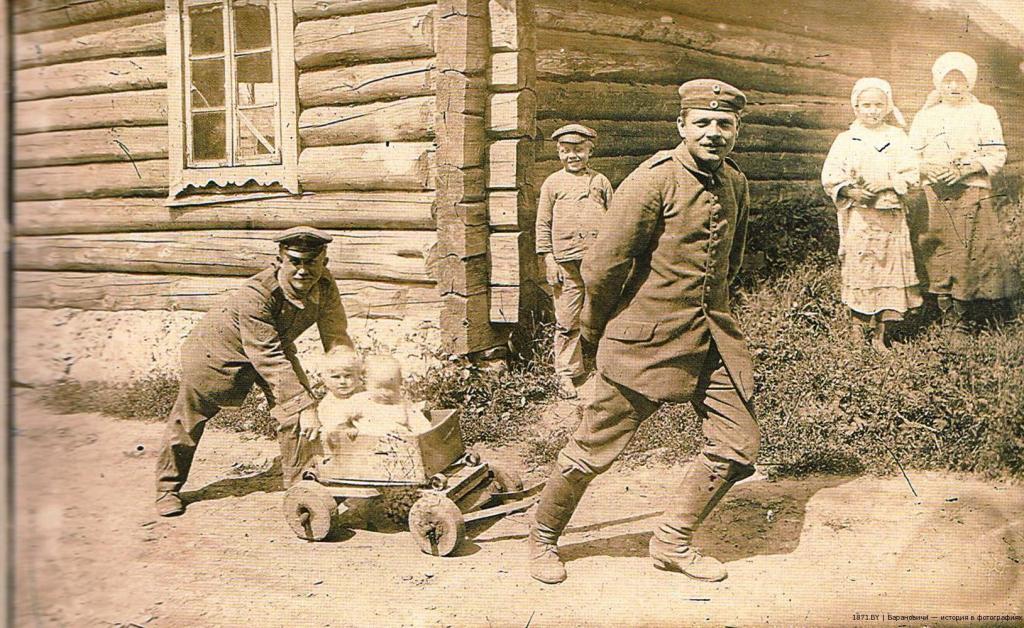 Немецкие солдаты катают белорусских детей, 1915 год.
