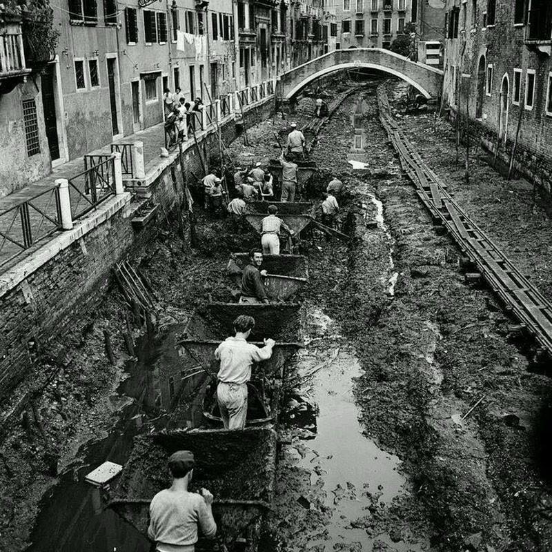 Чистка канала в Венеции. 1956 год.
