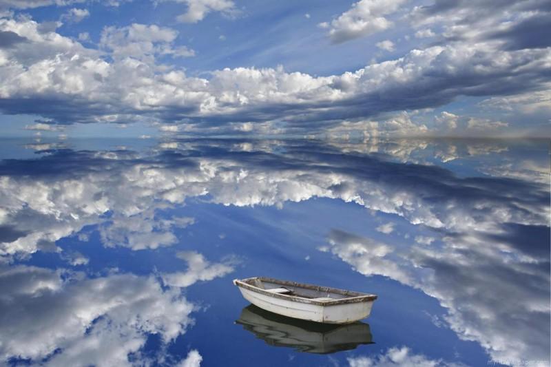 Зеркальная вода озера.