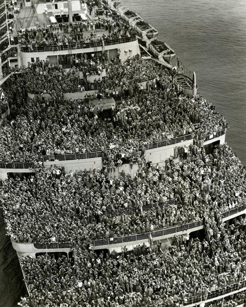 Лайнер «Королева Елизавета» доставляет американских солдат в Нью-Йорк, 1945 год.