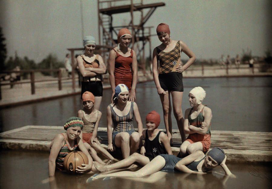 Девочки подростки позируют в купальниках. Потсдам. Веймарская республика. Март 1928 года.
