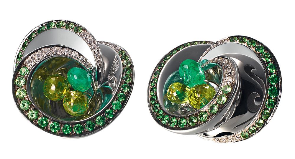 Серьги с жемчугом от премиального ювелирного бренда – не единственное дорогое украшение Валентины Матвиенко. В копилке спикера Совфеда также имеются серьги от швейцарского производителя de Grisogono. Их стоимость – 1,5 миллиона рублей.