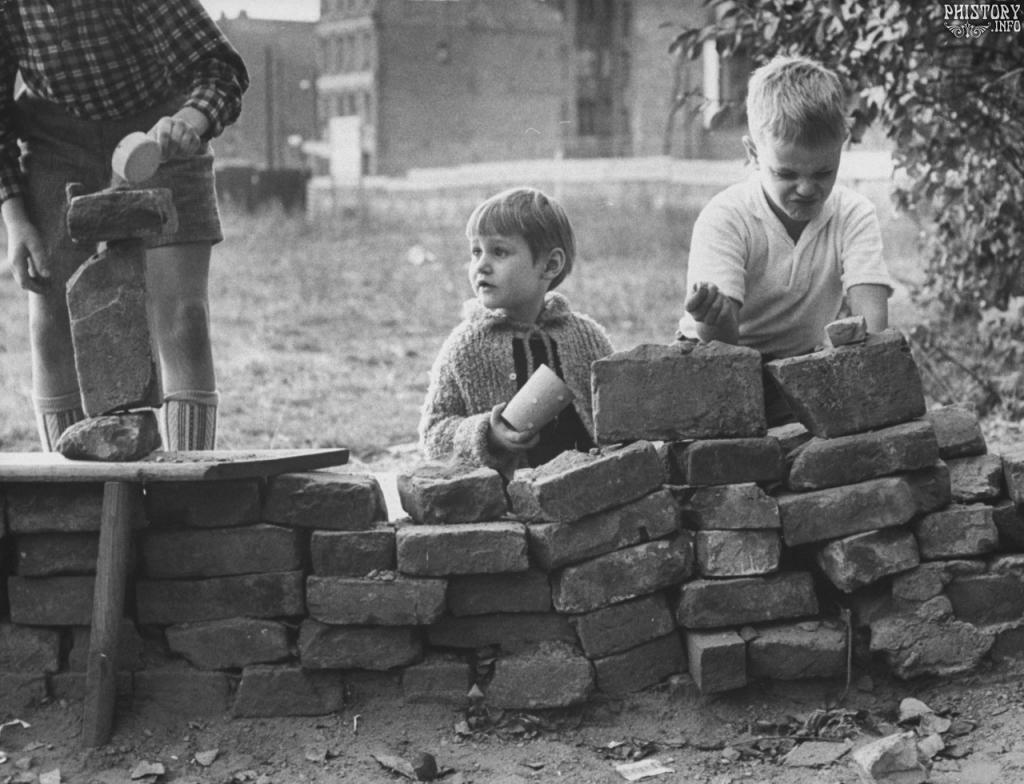 Дети строят импровизированную Берлинскую стену. Западный Берлин. Октябрь 1961 года.
