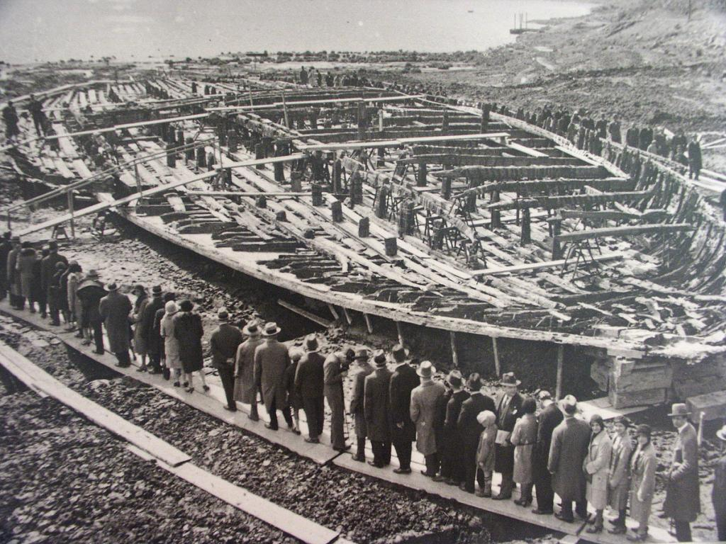 Посетители рассматривают корабль озера Неми. Регион Лацио. Королевство Италия. 1930-е года.