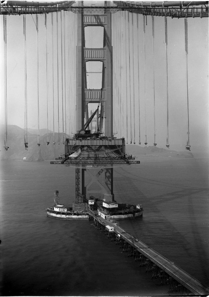 Мост Золотые Ворота во время строительства в 1935 году.