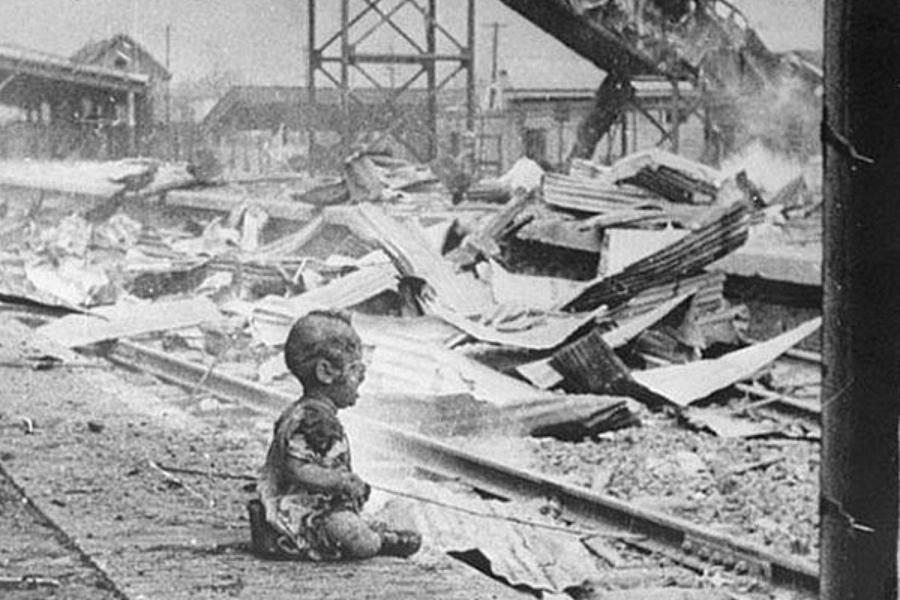 Одинокий малыш плачет на улице города после налета японской авиации. Шанхай. Китайская Республика. 28 августа 1937 года.