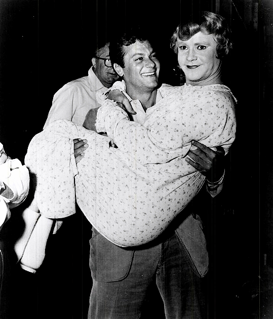 Тони Кертис держит на руках Джека Леммона во время съемок фильма «В джазе только девушки», Калифорния, 1958 год.