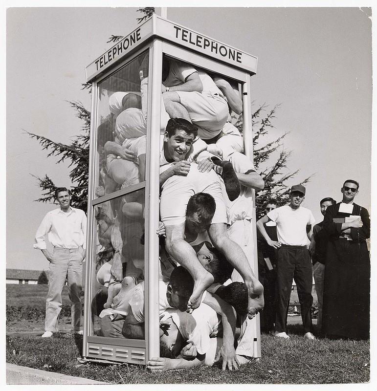 22 студента уместились в телефонной будке и установили этим мировой рекорд, 1959 год.