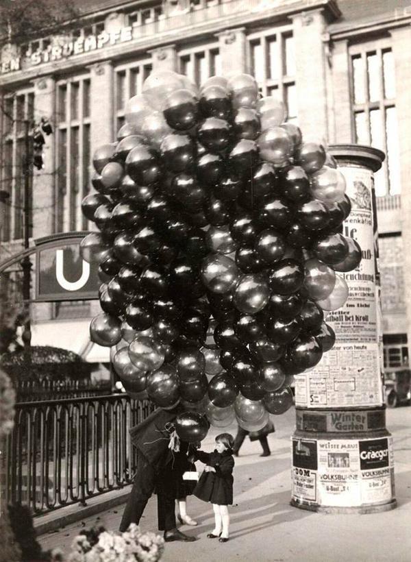 Маленькая девочка покупает шары. Берлин. 1935 год.