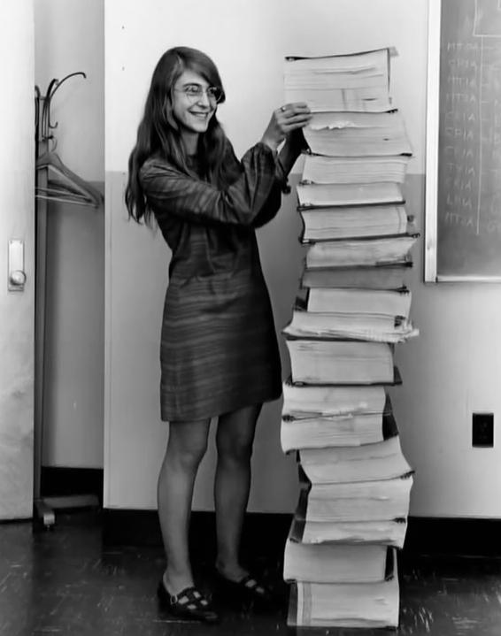 Маргарет Гамильтон, главный инженер программного обеспечения в НАСА. А рядом программа управления миссией Аполлон, которую она написала.
