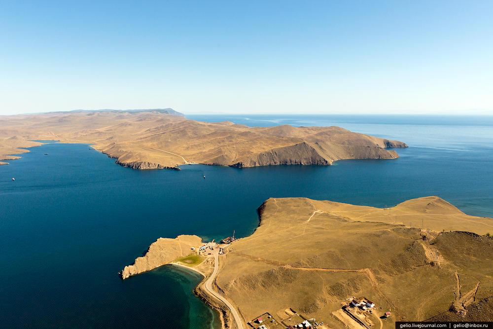 С северо-западным берегом озера образует проливы Малое море и Ольхонские ворота.