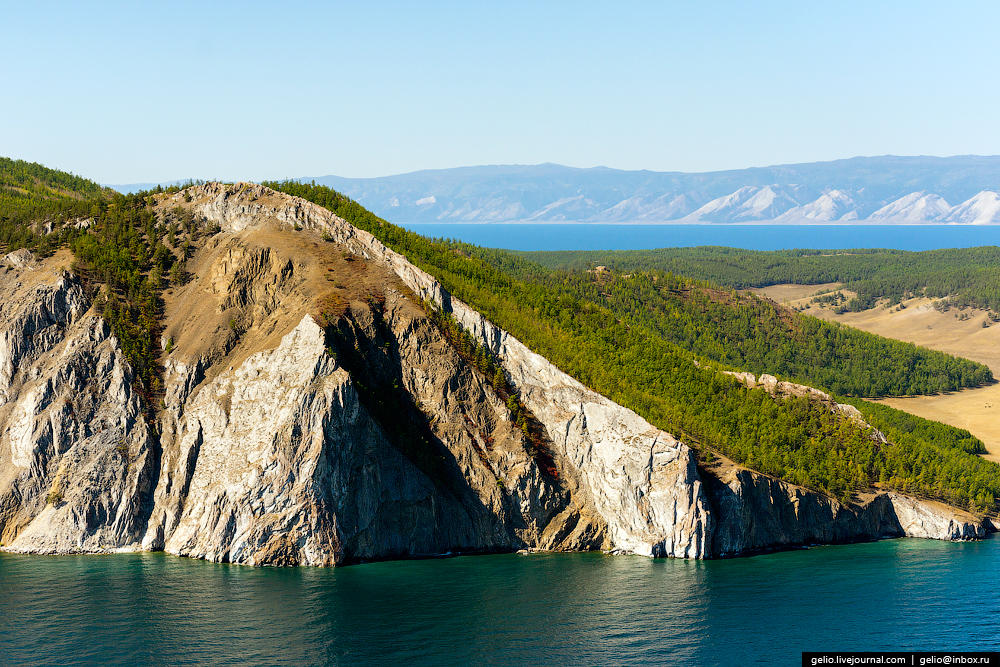 На Ольхоне встречается все многообразие ландшафтов природы: степь, песчаные пляжи с дюнами, холмами и рощами вдоль берега, а также мраморные скалы и болота.