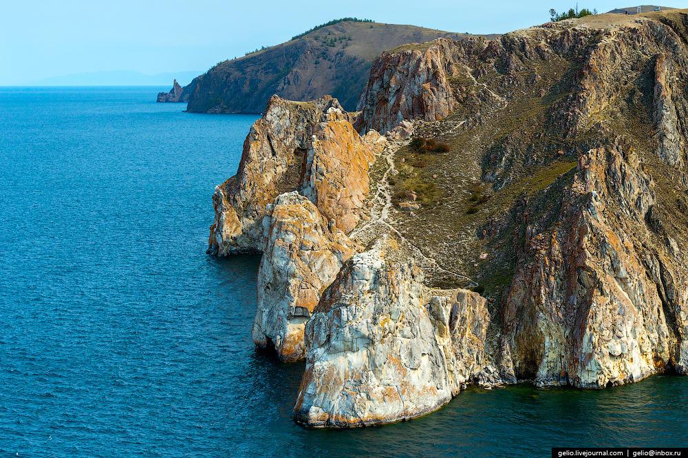 На западе мыса скала распадается на группу скал, которые носят название Три Брата.