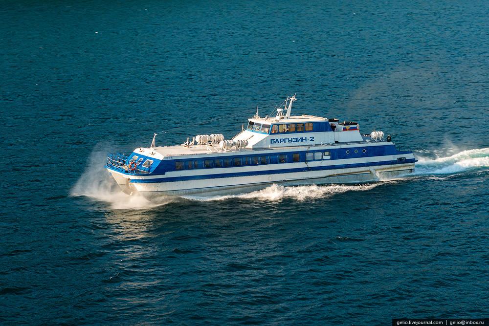 «Баргузин» — тип судна на воздушной подушке. По Байкалу оно летит со скоростью примерно 50 км/ч.