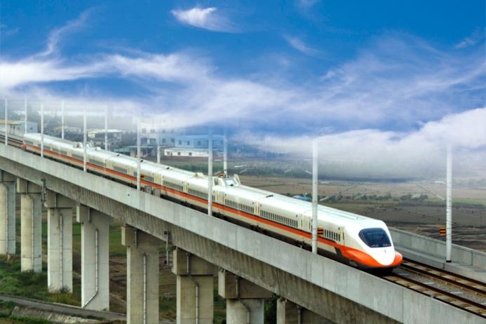 THSR 700T — скоростной поезд на острове Тайвань, идущий по маршруту Тайбэй–Гаосюн. Длина этой магистрали, протянувшейся вдоль западного побережья острова, составляет 335,5 километра, и поезд преодолевает этот путь всего лишь за полтора часа