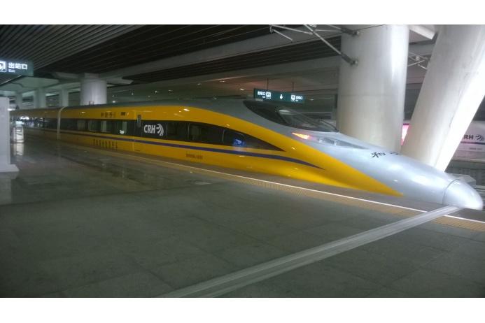 Китайский поезд CRH380A, курсирующий на маршрутах Шанхай–Нанкин, Ухань–Гуанчжоу и Шанхай–Ханчжоу, рассчитан на максимальную эксплуатационную скорость 380 километров в час