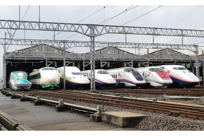 Название поезда Shinkansen по-японски означает «новая магистраль», но в народе его чаще называют «пуля». Рекорд скорости рельсового Shinkansen составляет 443 километра в час, а поезда на магнитной подушке — 581 километр в час